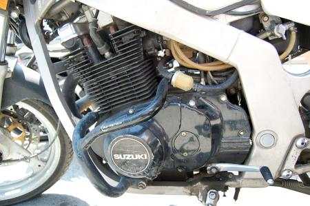 mo-sophomore-dc-1989-suzuki-gs500e-engine-left