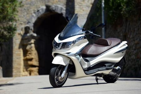 2012 Piaggio X10 500 Executive Front Left