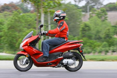 2013 Honda PCX150 Action Left 02