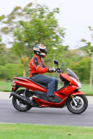 2013 Honda PCX150 Action Right 02