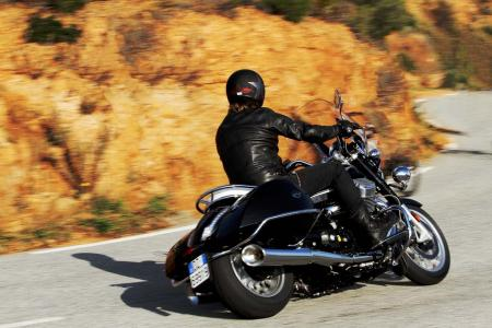 2013-moto-guzzi-california-1400-touring-action-07