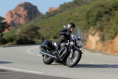 2013-moto-guzzi-california-1400-touring-action-25