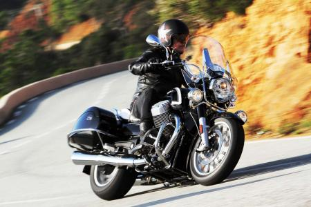 2013-moto-guzzi-california-1400-touring-action-31