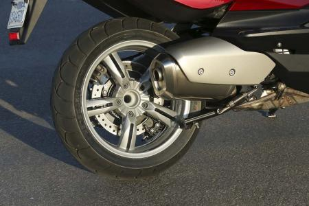 2013-bmw-c650-gt-19-rear-wheel-exhaust