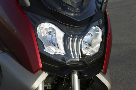 2013-bmw-c650-gt-26-headlight