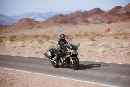 2013-yamaha-fjr1300a-14-action