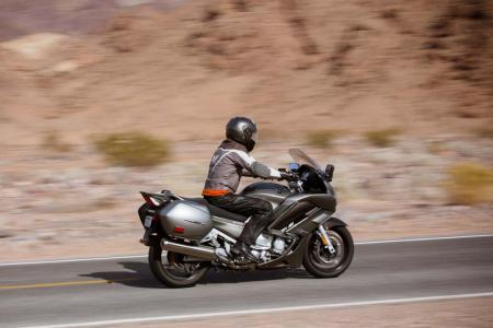 2013-yamaha-fjr1300a-15-action