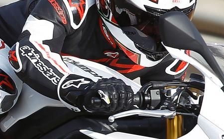 alpinestars atem throttle hand closeup 2013 Triumph Daytona 675R
