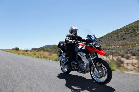2013-BMW-R1200GS-Action-Street-Front-Right-04