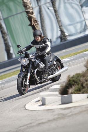 2013-moto-guzzi-california-1400-custom-turning-left-08
