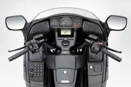 040313-2013-honda-gold-wing-fb6-cockpit