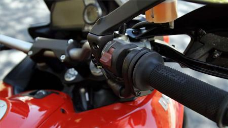 pic14-2013-ducati-multistrada-s-touring-throttle