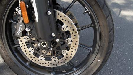 pic47-2013-triumph-tiger-explorer-front-wheel