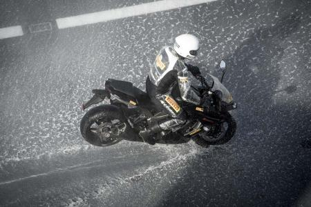 Angel_GT action (19)-kawasaki-z1000-pirelli-angel-gt-aircraft-carrier