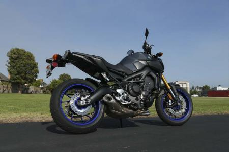 2014 Yamaha FZ-09 liquid graphite race blu wheels