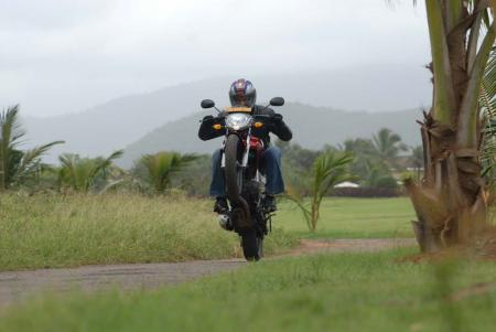 Yamaha-FZ-16-Action02