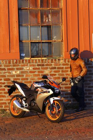 2011 Honda CBR125R Review AN8E6077