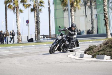 2013-moto-guzzi-california-1400-custom-turning-left-09