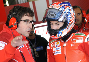 Nicky Hayden confers with his new crew chief Juan Martinez.