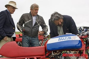 Judges Jim Thomas (l.) and Adolfo Orsi (r.) along with Agostini inspect a 1973 MV Agusta Sport belonging to Yoshi Kosaka.