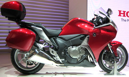 This is the first pic of the new VFR1200F with its accessory luggage.