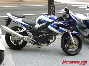 Bet you never knew that an SV400 even existed.  Shame that the wonderful color scheme never made it outside of Japan on the SV650.
