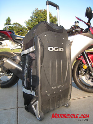 The tough nylon underbelly of the Ogio 9800 is what makes it stand apart. Its SLED (Structural Load Equalizing Deck) system is strong and gives the bag its responsive handling.