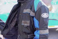 The jacket cinches at three strategic places, at the bottom, the waist and the wrists. There are also two additional fasteners on the sleeves themselves.