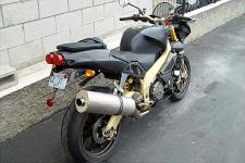 The Aprilia Tuono R, is it worthy to be parked next to your cinderblock wall?