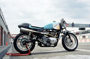 This beautiful blue Thruxton, having only Supertrapp silencers and K&N filters as engine mods, plus a set of after market shocks, was lapping the track in the low 1:20 range. Not many modern 600 supersport riders at this track day managed to get down to those times.