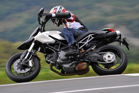 The 796 is nearly unflappable at any point in turns or during high-speed straight lining, despite not having the same up-spec suspension as found on the Hypermotard 1100.