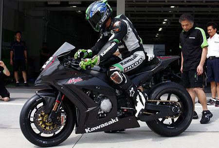The left-side profile shows a longer swingarm that has a beefy-looking brace. Note how the nose fairing stretches forward to punch a cleaner hole in the wind.