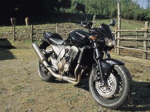 The Rakish Z750 looks much better with a 4-into-1 exhaust, compared to the 4 cannon arrangement on the Z1000.