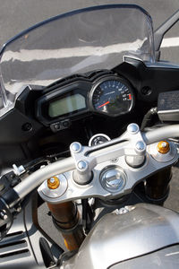 The FZ-1's instruments offers the rider plenty of clear, concise information (unlike MO).