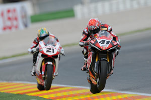 Noriyuka Haga (41) fends off Troy Bayliss (21) to win race two in Valencia.