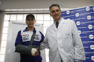 Jorge Lorenzo wears a sling following arm surgery by Dr. Xavier Mir.