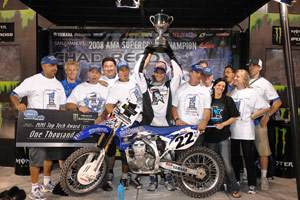 Chad Reed raises his trophy with the Team San Manuel Yamaha crew.